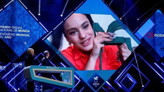 Rosalía recibe el Premio Ondas al fenómeno musical del año.