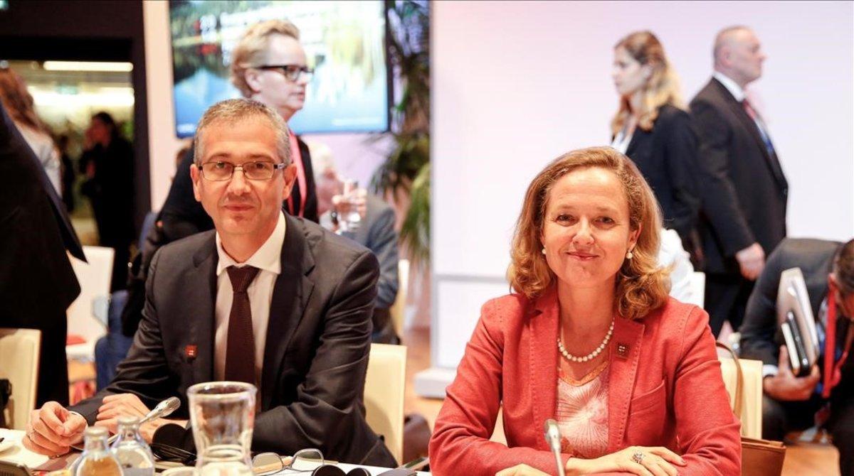 El gobernador del Banco de España, Pablo Hernández de Cos, y la ministra de Economía, Nadia Calviño, en unareunión informal del Ecofin.