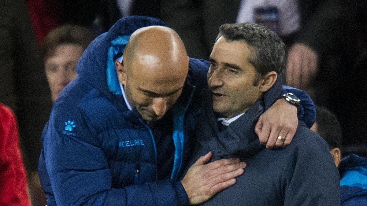 Abelardo y Valverde se saludan al finalizar el encuentro del Camp Nou.