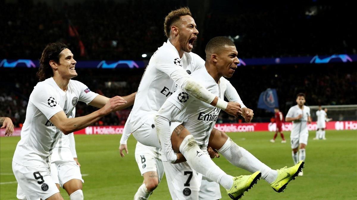 Neymar celebra su gol saltando sobre Mbappé, con Cavani detrás.