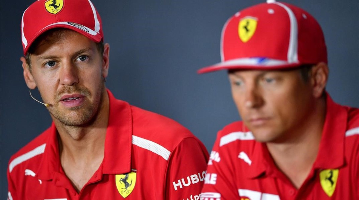 Sebastian Vettel mira a Kimi Raikkonen, en la conferencia de prensa de hoy Monza.