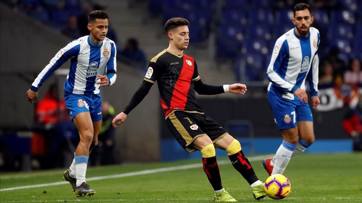 El jugador del Rayo, Álex Moreno, controla un balón vigilado por Borja Iglesias.