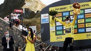Primoz Roglic, en el pequeño podio del Puy Mary.