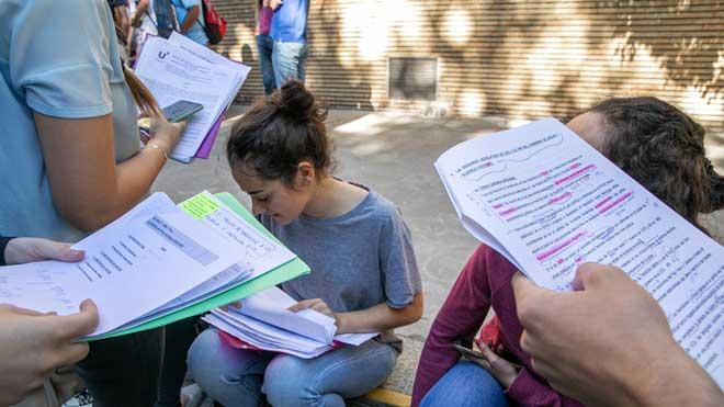 La Selectividad se celebrará entre el 22 de junio y el 10 de julio. En la foto, unos estudiantes durante una pausa de los exámenes del año pasado.