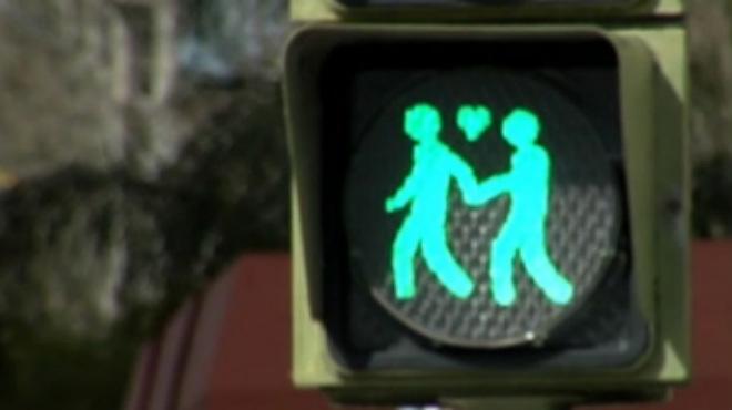 Carmena ha comenzado los primeros semáforos LGTB en Madrid, con motivo del próximo World Pride.