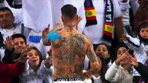 Sergio Ramos muestra sus tatuajes en el terreno de juego.
