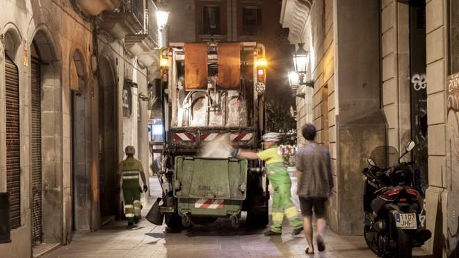 Servicios de limpieza en el barrio de Ciutat Vella de Barcelona.