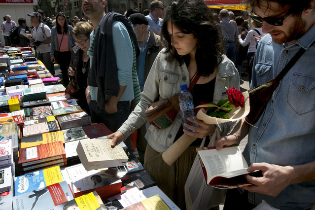 Ambiente que presenta la Rambla durante la diada de Sant Jordi.