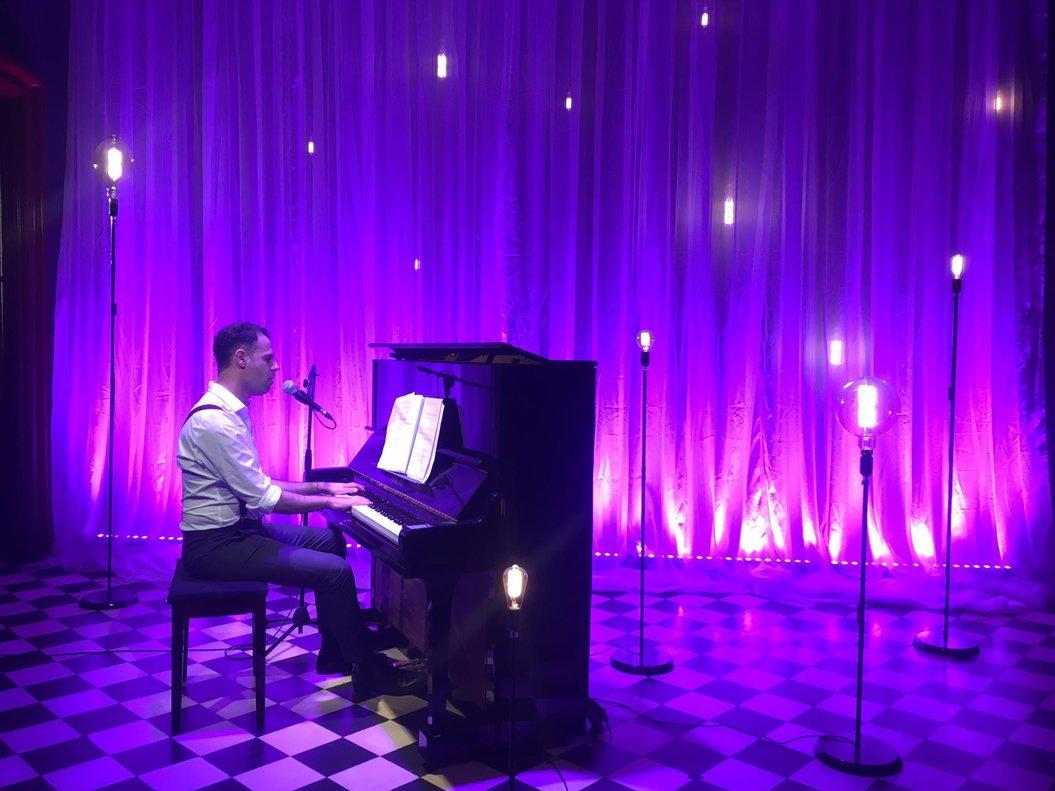 Joan Vázquez canta y tocael piano en'Something's coming'.