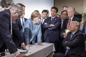 JD100. Charlevoix (Canada), 09/06/2018.- A handout photo made available by the German Government (Bundesregierung) on 09 June 2018 shows French President Emmanuel Macron (3-L, partially hidden), German Chancellor Angela Merkel (C-L) and Japans Prime Minister Shinzo Abe (C-R) speaking to US Presidend Donald J. Trump (R, seated) during the second day of the G7 meeting in Charlevoix, Canada, 09 June 2018. Looking on is US National Security Advisor John R. Bolton (R, standing); others are not identified. (Japón) EFE/EPA/JESCO DENZE HANDOUT HANDOUT EDITORIAL USE ONLY/NO SALES