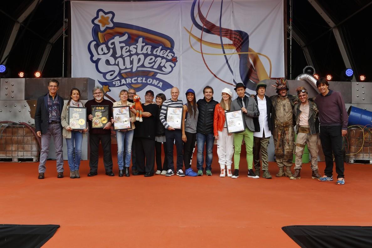 Entrega del Disco de Oro al álbum de TVC Tocat el melic,durante la Festa dels Supers, en el Estadi Olímpic de Montjuïc.