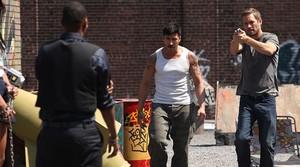 David Belle (izquierda) y Paul Walker, en una escena de la película Brick Mansions (La fortaleza).