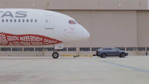 El TeslaModel X P100D arrastrando un Boing 787-9 Dreamliner de 130 toneladas.