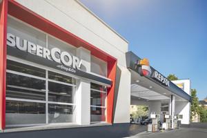 Tienda Supercor Stop&Go en una gasolinera de Repsol.
