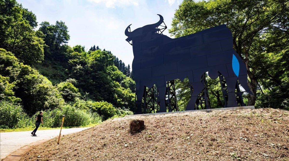 La monumental silueta del Toro de Osborne, que se queda permanentemente en la localidad japonesa de Matsunoyama.