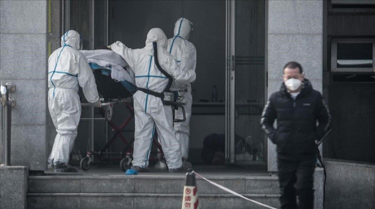 Traslado al hospital de un infectado con el misterioso virus en Wuhan.