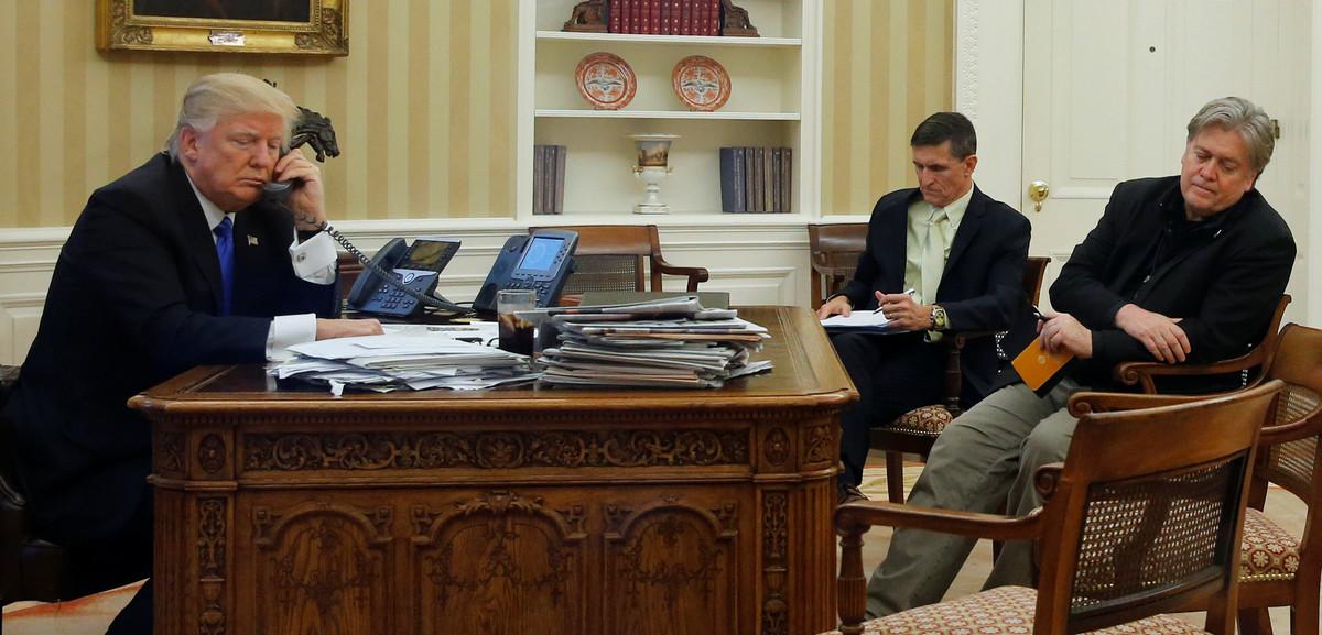 Trump, Flynn y Bannon, reunidos en el Despacho Oval de la Casa Blanca.