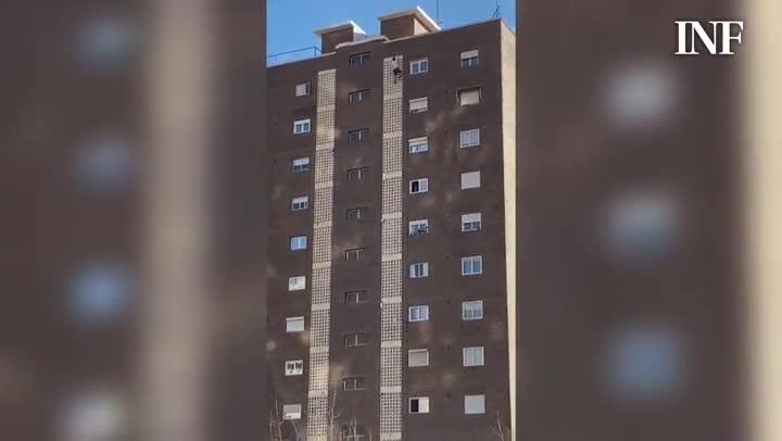 Un turista británico escala un edificio en Benidorm para sacarse una foto.