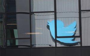 El logotipo de Twitter visto desde una ventana.