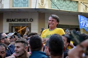 BRA01 JUIZ DE FORA BRASIL 06 09 2018 - El candidato ultraderechista Jair Bolsonaro al momento de ser apunalado durante un mitin hoy jueves 6 de septiembre de 2018 en Juiz de Fora estado de Minas Gerais Brasil Bolsonaro lider en los sondeos para las elecciones del 7 de octubre en Brasil fue sometido hoy a una cirugia laparoscopica tras ser acuchillado en un mitin de campana debido a que la estocada le alcanzo el higado segun sus asesores De acuerdo con la asesoria de prensa del diputado y militar de la reserva Bolsonaro sufrio una lesion hepatica en el ataque por lo que los medicos recomendaron la intervencion quirurgica EFE Raysa Leite SOLO USO EDITORIAL NO VENTAS NO ARCHIVO