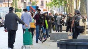 Una larga cola de personas esperan para recoger comida en la parroquia de Santa Anna de Barcelona, el 18 de mayo.