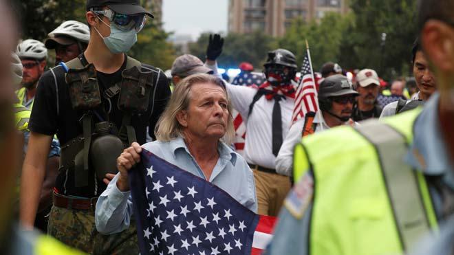 Una marcha contra el supremacismo arrincona a los neonazis frente a la Casa Blanca.