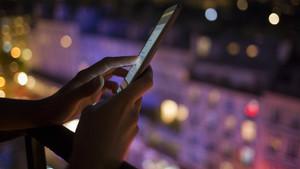 Una persona utilizando su teléfono móvil.