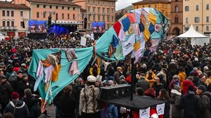 Una sardina gigante en la manifestación de Bolonia.
