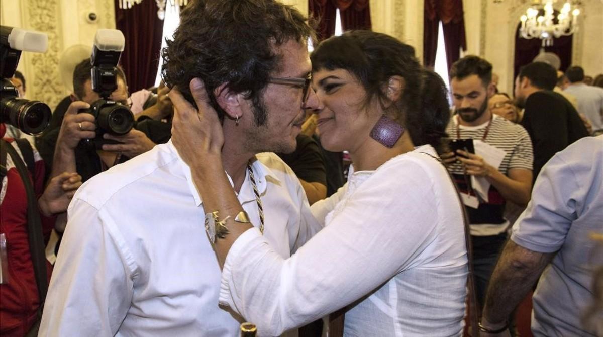 Teresa Rodríguez felicita al alcalde de Cádiz, su pareja, tras ser elegido al frente del Ayuntamiento, en el 2015.