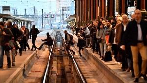 Usuarios en los andenes de la Gare de Lyon, enParís, durante la jornada de huelga.
