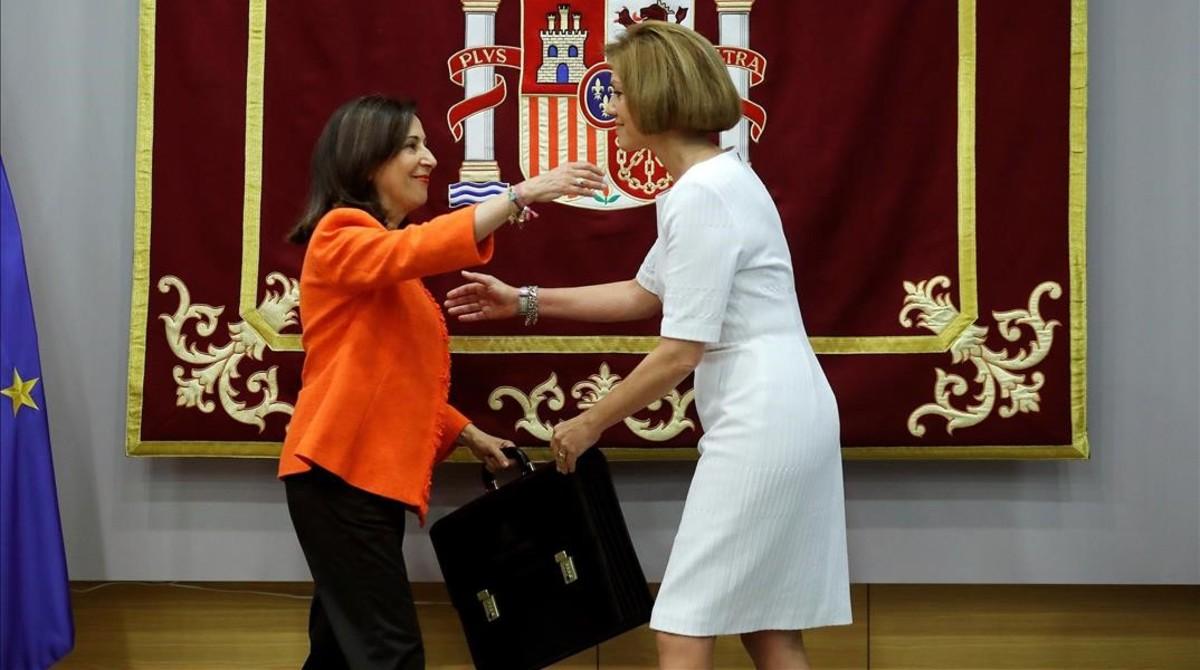 María Dolores de Cospedal entrega lacartera de Defensa a Margarita Robles.