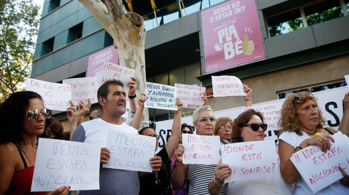 Protesta de afectados por las clínicasiDental en Valencia, enjulio del pasado año.