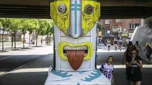 Uno de los ocho tótems creados por el colectivo La Tonal'h en el puente de la Riera Blanca, esta mañana