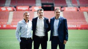 Unzué, en su presentación en junio como técnico del Girona, entre Quique Cárcel y Delfí Geli