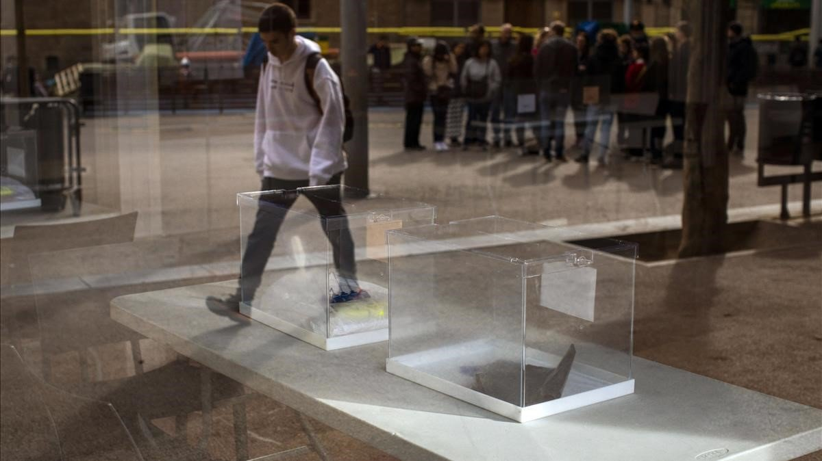 Urnas preparadas en un colegio electoral de Barcelona