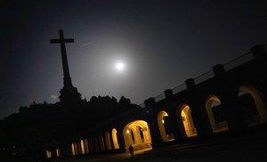 La noche sobre el Valle de los Caídos. Imagen del área trasera, donde se encuentran la abadía y la hospedería del recinto.