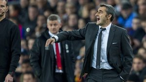 Valverde da instrucciones a sus jugadores en el duelo contra el United.