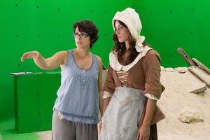 Anna M. Bofarull (izquierda) dando instrucciones a una de las actrices.