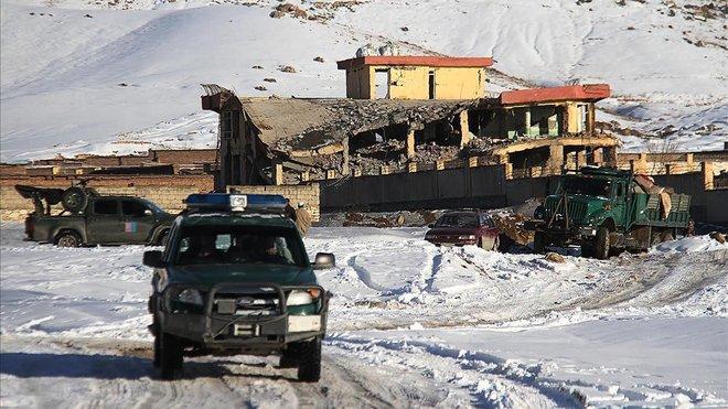 Un vehículo militar afgano tras el ataque con coche bomba en una base militar en la provincia central de Maidan Wardak.