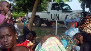 Un vehículo de la ONU junto a familias desplazadas de Sudán del Sur, en la misión de las Naciones Unidas en Tomping (Yuba), el 11 de julio del 2016.