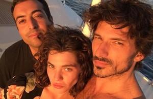 El productor de cine Mohamed al Turki, Steffy Argelich y Andrés Velencoso, en el yate que ha alquilado el saudí.