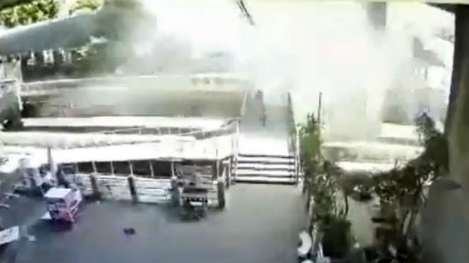 Vídeo en que se ve como se levanta una columna de agua tras explotar en un canal de Bangkok una granada lanzada por un individuo contra una estación de minibuses.