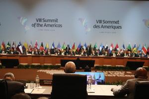 El vicepresidente de los Estados Unidos, Mike Pence, en la sesión plenaria del sábado de la VIII Cumbre de las Américas, en el Centro de Convenciones de Lima (Perú).