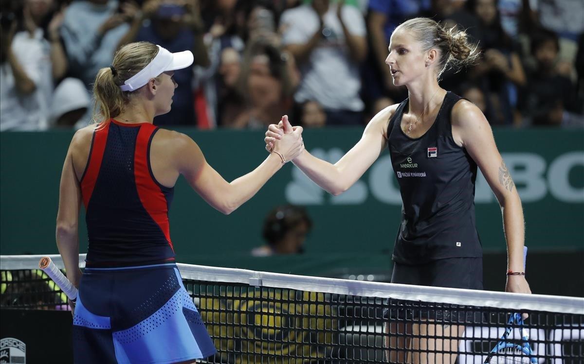 Pliskova (derecha), felicitada por Wozniacki en un partido en Singapur.