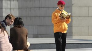El millonario desaparecidoXiao Jianhua lee un linbro en centro financiero de Hong Kong en diciembre del 2013.