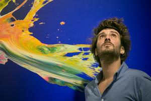 Yago Hortal, con una de sus obras expuestas en la galeríaSenda.