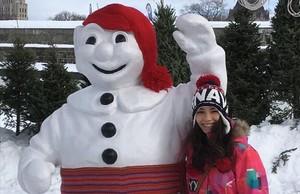 Julieta Gràcia, junto a un muñeco de Carnaval, en la ciudad de Quebec.