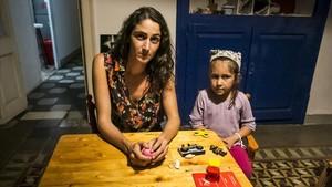 En la foto, Julia Le-Senne, de 28 años, y su hija India, de cinco.Comparten piso con otro padre separado y con un hijo.