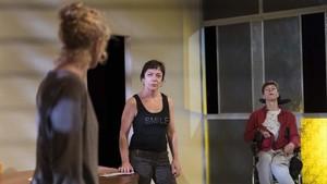 Montse Guallar (izquierda), Anna Castell y Alejandro Bordanove, en un ensayo de L alegria, de Marilia Samper.