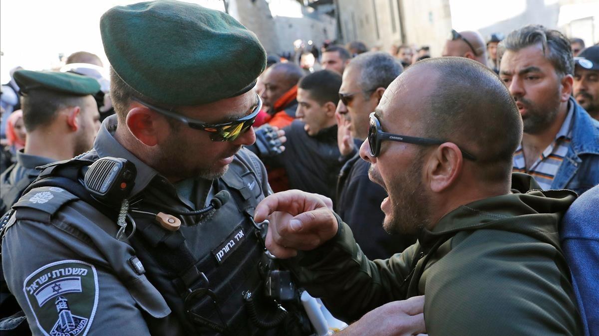 Un palestino se enfrenta a un policía israelí en Jerusalén.